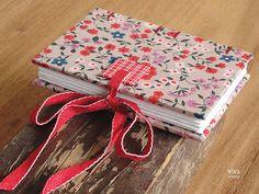 Uma linda necessaire (cabe tudo dentro dela!) e um mini sketchbook ( com costura nova !!! ). Estampinhas lindas: tem gatinhos e tem floral...