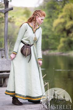 Subtle nuance of this unique natural linen fabric makes the popular viking tunic by ArmStreet even more attractive. Viking Tunic, Viking Dress, Medieval Dress, Medieval Clothing, Viking Knotwork, Viking Designs, Renaissance Fashion, Green Fabric, Natural Linen