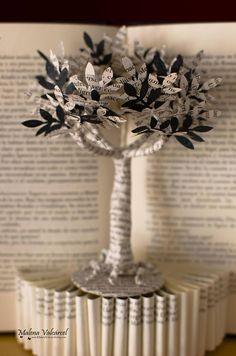Cette sculpture de livre représente l'arbre de vie. La sculpture entière est faite d'un livre espagnol mis au rebut. L'arbre a livre papier et papier de soie noir de feuilles. Il est prêt pour accrocher au mur ou tout simplement pour placer sur une étagère. Dimension approximative
