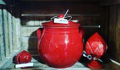 Pentola in #terracotta interamente fatta a mano, con smalto privo di piombo per uso alimentare.  Prova a cucinare con una pentola in terracotta, noterai subito la differenza e la qualità del tuo cibo. . . .  #handmade #pottery #pentola #fattoamano #artigianatosalentino #artigianato #lecce #salento #puglia #tradizioni #pugliesi #shabby #italianquality #pumo