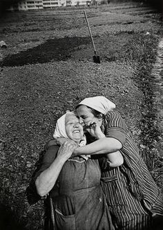 20 touching photos that prove hugs are all we need Hugs, Old Friends, Best Friends, Grandma Friends, Alexander Rodchenko, Fotografia Social, Young At Heart, People Of The World, Happy People