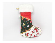 Enfeite natalino em formato de bota! Feito de tecidos com estampas natalinas e pelúcia na borda, forrada por dentro e acolchoada. Pode pendurar na porta ou na parede, completando a decoração de Natal!