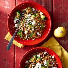 Snelle quinoa met groene groenten en feta, gebruik glutenvrije producten.