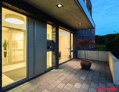 Die #Tagora im Eingangsbereich sorgt für ein optimales Sehvermögen und die #Orcamo 220 Leuchten unter dem Vordach bieten funktionales Licht im Außenbereich.