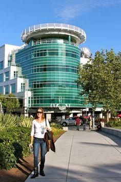 prédio da rede de TV KOMO. Seattle Grace Hospital - Dá para ver que no topo do prédio tem um heliporto e ele realmente fica bem em frente à Space Needle. Mas no seriado a fachada é diferente.