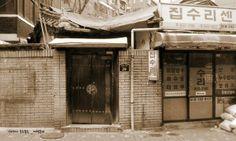 여행동자 @teateacaca 아파트 담벼락보다는 바다를 볼 수 있는 창문이 좋지만 서울에선 동네 골목길도 좋겠다 ㅡ 얼룩덜룩해진 골목의 로망 / 서울 성북 동소문 / 2013 12 04 /