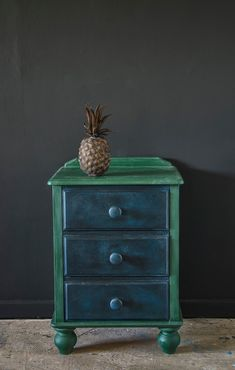 This orange pine side table was transformed with one of my Mini Project Packs (that's just two sample pots of Chalk Paint® and two mini pots of Chalk Paint® Wax)! Pop over to my blog for step-by-step instructions.