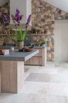 French limestone flooring | Lovely light grey and darker grey colors mixed | Kersbergen.nl