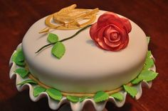 """Beautiful """"Blood and Roses"""" cake from a #HungerGames dessert competition"""