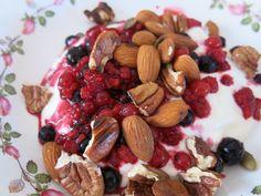 Greek yoghurt, berries & nut granola - yum! Banting Diet, Banting Recipes, Lchf, Gluten Free Recipes, Diet Recipes, Clean Eating, Healthy Eating, Greek Yoghurt, High Fat Diet