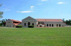 Der Archäologische Park Carnuntum im Juli 2014 - Therme von außen und ein vorgelagertes Gebäude mit Portikus
