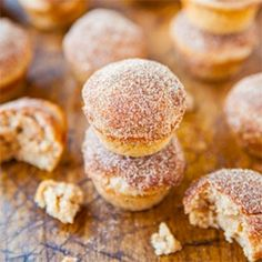Sugar Mini Donut Muffins - Baked mini muffins that taste like real mini donuts but way healthier and so good!Cinnamon Sugar Mini Donut Muffins - Baked mini muffins that taste like real mini donuts but way healthier and so good! Donut Muffins, Donut Cupcakes, Mini Muffins, Mini Donuts, Baked Doughnuts, Cheese Muffins, Mini Desserts, Delicious Desserts, Dessert Recipes
