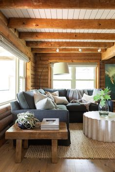 Modern Cabin Interior, Cabin Interior Design, Modern Cabin Decor, Interior Exterior, Rustic Cabin Decor, Log Cabin Bedrooms, Log Cabin Living, Log Cabin Homes, Rustic Bedrooms