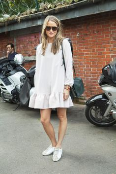Oversized dress, looks primavera, dress with sneakers, white sneakers, hipp Street Looks, Street Style Summer, Street Chic, Summer Outfits, Casual Outfits, Dress Summer, Oversized Dress, Dress With Sneakers, Street Style