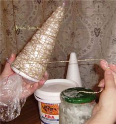 Хочу предложить небольшой мастер-класс. Думаю, накануне новогодних праздников он будет полезен, и вы сможите порадовать своих близкизких, подарив им неувядаемый символ праздника. Для изготовления ёлки нам понадобится: - форма;- нитки;- булавки;- клей ПВА;- бусины, паетки, пуговицы, бантики;- клеевой пистолет;- фантазия. Берём форму, надеваем на неё мешочек (для того, чтобы нитки не прилипли к…