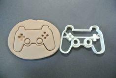 Cookies viel schmackhafter als einen normalen Gamecontroller zu machen!  Maße: 4 x 2,5 Zoll, aber es auch möglich größer oder kleiner sein!  Diese 3D gedruckte Ausstecher ist aus ABS-Kunststoff gemacht, damit es haltbar, lebensmittelecht und ungiftig ist. ABS steht viel höheren Temperaturen als PLA Kunststoff, aber Sie sollten noch Handwäsche nur.  Jedes Element wird zu bestellen und werden hergestellt in 1-4 Tagen verschickt werden.  Schauen Sie sich unsere anderen Gamecontroller hier…