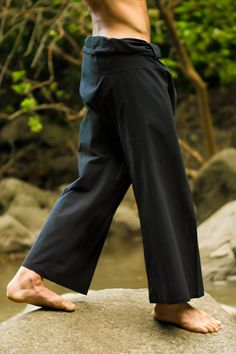 This roomy unisex Thai style yoga pant for men and women is worn by overlapping the excess material, tying the tie, and then folding down the fabric above the waist. Pantalon Thai, Thai Fisherman Pants, Barefoot Men, Thai Style, Yoga For Men, Yoga Wear, Mens Fashion, Fashion Outfits, Yoga Pants