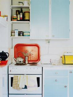 Retro kitchen and details from the / Aqua Kitchen, Vintage Kitchen, Kitchen Dining, Kitchen Decor, Retro Vintage, Room Kitchen, Kitchen Ideas, 50s Kitchen, Orange Kitchen