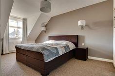 Lichte kamer en één opvallende muur; prachtig effect en sfeervol ...