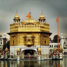 picture of the day 📷 a wonderful capture of Sri Harmandir Sahib. Harmandir Sahib, Golden Temple Amritsar, Lord Vishnu Wallpapers, Varanasi, Heaven On Earth, India Travel, Incredible India, 16th Century, Trust God