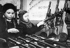 Children assembling some PPD-40 sub-machine guns in the Soviet Union. WW II K98, The Siege, Submachine Gun, Story Of The World, Red Army, Military History, World War Two, Wwii, The Past