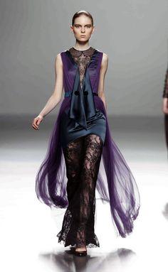 Victorio & Lucchino Los andaluces han presentado una colección repleta de contrastes con tejidos de distintas texturas: lana, lurex, tul de seda, satén de seda.