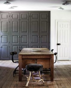 the style saloniste: Depth of Perception: James Gager and Richard Ferretti at Home in Pennsylvania. BM Kendall Charcoal on woodwork with chalk white Gray Interior, Contemporary Interior, Interior Design, Kendall Charcoal Benjamin Moore, Simple Desk, Transitional House, French Furniture, Inspired Homes, Built Ins