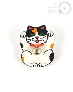 AZRAEL Recycled CD maneki-neko brooch | Lucky charm tricolor japanese cat, with a real small silver bell | Jewelry by Savousepate - pinned by pin4etsy.com #upcycling #recycling #handmade #jewellery #cute #kawaii