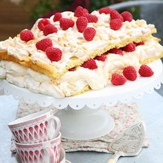 Marängtårta med doft av sommar. Passar perfekt till födelsedagar, till midsommar och som god tårta på en buffé. Underbart gott och lättlagat recept.