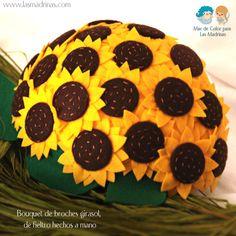 Bouquet con broches de girasoles de fieltro  www.lasmadrinas.com