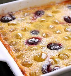 Clafoutis - a French dessert where a sweet batter is poured over fresh fruits and baked in the oven, then served with a dusting of icing s. Dessert Thermomix, Gateau Cake, Cake & Co, French Food, Macaroni And Cheese, Baking, Eat, Breakfast, Ethnic Recipes