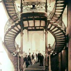 Arquitectura e Engenharia de SP Antigamente em 1900, mostra na photo da escadaria de um prédio que foi demolido na Av. Rio Branco no centro da CapitaL.  www.antigamente7.webnode.com