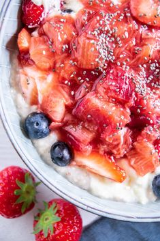 Wenn bei mir im Frühling und Sommer etwas überall drauf oder rein muss, dann das hier: leuchtend rotes, himmlisch süßes – aber nicht gezuckertes! – Erdbeer-Rhabarberkompott. Dieses 5-Minuten-Rezept ist mein dauerhafter Begleiter durch den Frühsommer. Bruschetta, Ethnic Recipes, Food, Healthy Vegan Recipes, Essen, Meals, Yemek, Eten