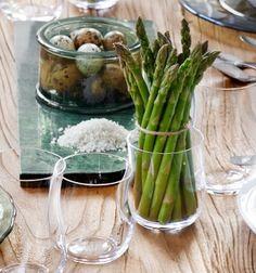 Forårsbordet Sæt asparges i glas som dekoration. #inspirationdk #borddækning