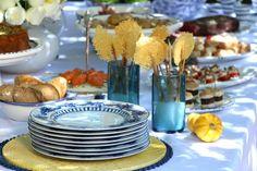 brunch no jardim com decoração amarela e azul.