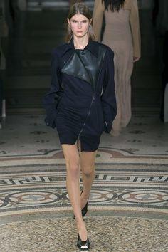Stella McCartney Fall 2017 Ready-to-Wear Collection Photos - Vogue 2017 Fall Fashion Trends, Fashion Week, Fashion 2017, Vogue Paris, Stella Mccartney Dresses, Fashion Show Collection, Autumn Winter Fashion, Fashion Fall, Paris Fashion