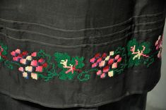 Skirt decoration element