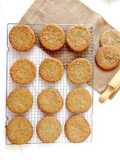 Si buscas unas galletas que te sorprendan, has dado con la receta perfecta, estas galletas de sésamo y miel son deliciosas.
