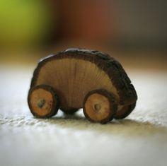El objeto se convierte en juguete en las manos del niño. Los juguetes de madera de Madre y Padre. www.madreypadre.com