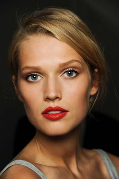 Make-up-Model Toni Garrn - Maria furtwängler - Damen un Mann Schonheit Red Lip Makeup, Makeup For Green Eyes, Glam Makeup, Makeup Lipstick, Hair Makeup, Lipsticks, Eye Makeup, Toni Garrn, Bright Lipstick
