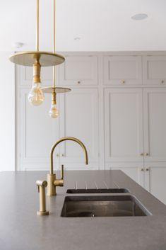The Watermark Collection's 'Loft' mixer tap in Vintage Brass hits the perfect note in this coolly luxurious kitchen designed by Kinnersley Kent Design. thewatermarkcollection.eu