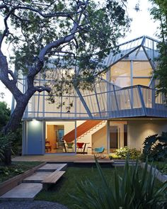 Exterior and House Building Type Kevin Daly Architects created a perforated, folding metal skin supported by an aluminum exoskeleton that shades the two-story glazed facade of this home in Venice, California. Architecture Cool, Contemporary Architecture, California Architecture, Contemporary Houses, Architecture Wallpaper, Venice House, Design Exterior, Deco Design, Land Scape
