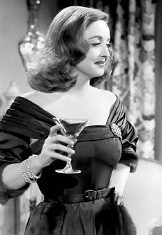 Bette Davis in All About Eve! What a glamour shot of Bette from All About Eve For more gorgeous pics and info from the film, and all things Classic Hollywood, visit my website! Viejo Hollywood, Hollywood Icons, Golden Age Of Hollywood, Vintage Hollywood, Hollywood Glamour, Hollywood Stars, Classic Hollywood, Hollywood Lights, Divas