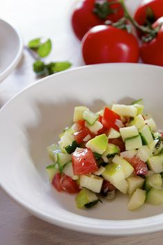 Salade concombre, tomate, pomme verte et poivron rouge Summer Kitchen, Happy Foods, Vinaigrette, Cooking Time, Fruit Salad, I Foods, Parfait, Entrees, Salads