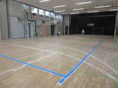 Sul parquet sportivo della #palestra di Bressanone è stato tracciato un campo di gioco per il basket, uno per il volley e ben tre per il #badminton