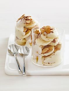 We all need something sweet & fattening once in a while. Food Network Recipe of the Day: Easy Banana Pudding This layered trifle-like dish combines homemade pudding with cinnamon graham crackers, fresh bananas and toasted almonds. Banana Dessert Recipes, Köstliche Desserts, Healthy Dessert Recipes, Delicious Desserts, Healthy Meals, Light Desserts, Yummy Food, Blueberry Recipes, Keto Recipes
