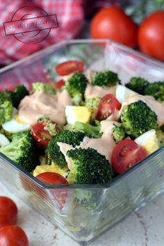 Bardzo lubię tę sałatkę. I choć po wymieszaniu z sosem nie wygląda może zbyt reprezentacyjnie, jest pyszna. Oczywiście dużo tutaj robią pomidory, im słodsze i bardziej dojrzałe tym lepiej. To samo tyczy się brokuła... nie powinien być zbyt mocno ugotowany, no, ogórki też fajnie jakby były smaczne;) Healthy Dishes, Healthy Salad Recipes, Side Salad, Breakfast Bowls, Main Meals, Superfood, Broccoli, Food And Drink, Appetizers