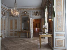 Beautiful Interiors, Beautiful Homes, French Interiors, Antique Interior, Olympus Digital Camera, Classic Interior, Versailles, Vintage Antiques, Architecture