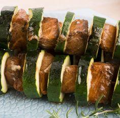 Dieses Low-Carb Rezept für Spieße mit Rindfleisch und Zucchini und viele weitere gesunde Rezepte für Deine Diät findest Du auf invikoo.