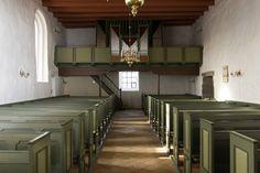 """Bjergby kirke: Skib · Pastor Søren Balling, der var præst i Bjergby 1788-1843 skriver i sin embedsbog:  """"I året 1788 løverdagen før 6. søndag efter påske kom jeg her til præstegården med to tomme hænder, og præstegården stod på fald. Det østre hus, hvortil der var sat 18 til 20 styvere, faldt samme sommer ned, og det vester sommeren efter. Rollingshuset og laden blev opbygget 1795, ikke af lyst til at bygge, men af nødvendighed."""